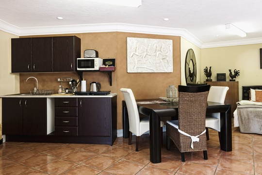 Suite 7 - Kitchenette and dining area